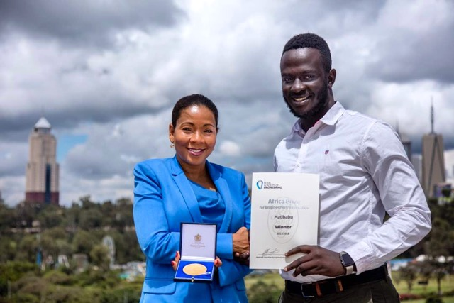 Africa Prize judge Rebecca Enonchong presents Ugandan Brian Gitta of Matibabu with the Africa Prize winners medal
